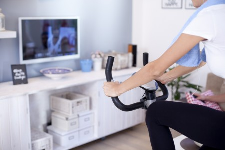 テレビを見ながらエアロバイク